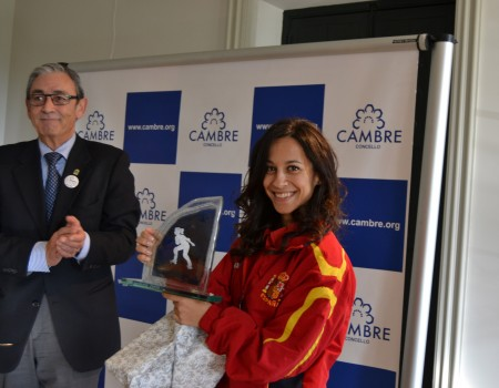 Cambre homenajea a la patinadora artística Aida Vieites